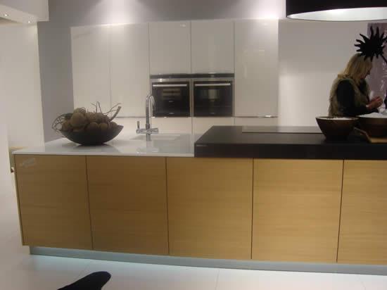 Rudy s blog over italiaanse design keukens e d werkbladen dun of dik maakt niet meer uit - Witte keuken met zwart werkblad ...